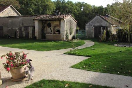 Les Tortues, maison dans campagne poitevine, 3 * - House