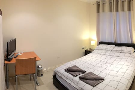 Double Bedroom with own bathroom - Bournemouth - Apartment