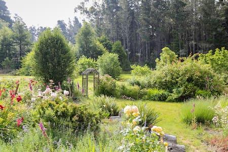 Hummingbird Haven, A Charming Garden Retreat - Mendocino - Huis