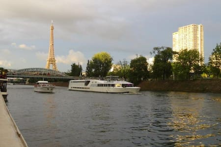 Eiffel Tower, city center houseboat - París