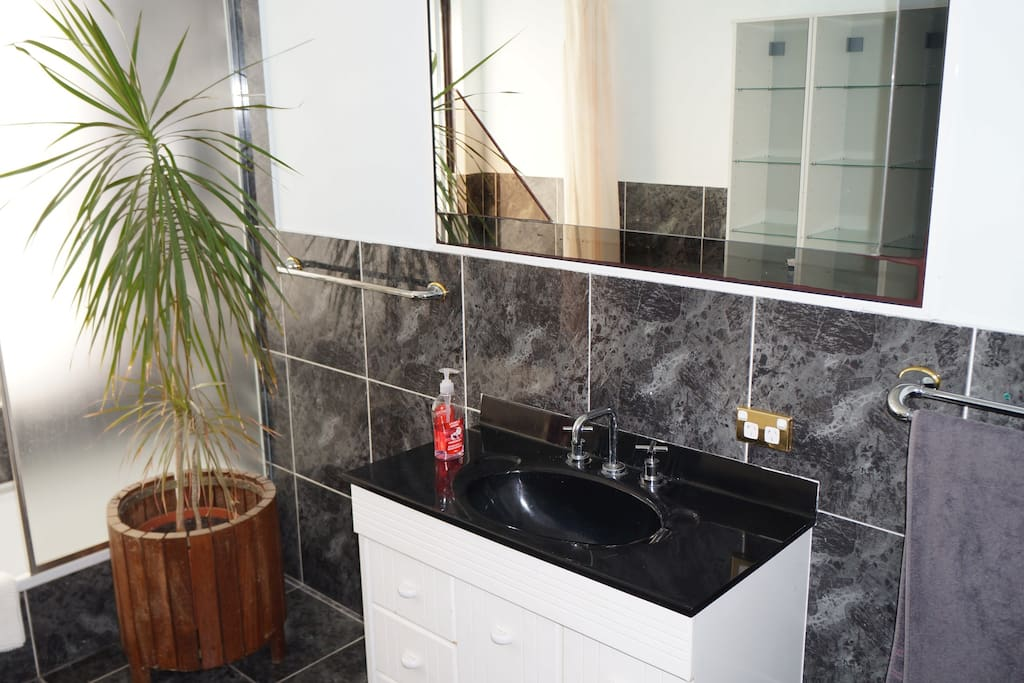 Resort style accomodation 4 houses for rent in ocean reef for Bathroom cabinets joondalup