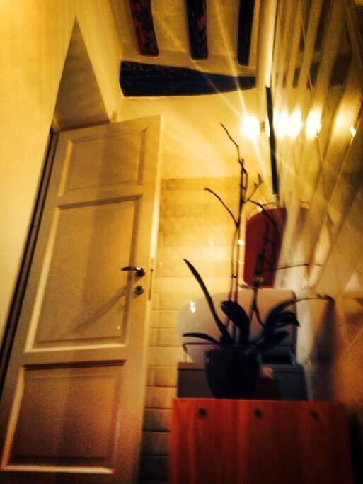 soggiorno con angolo cottura visto dal bagno