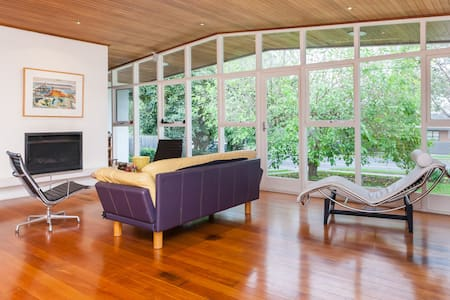 Beautiful Mid 20th Century Home - Kew East - House