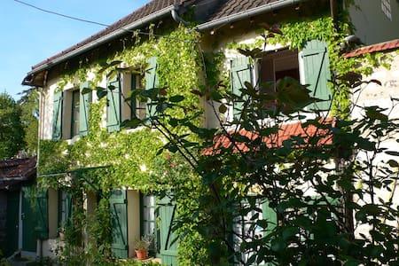 Studio Rez de jardin à Giverny    - House
