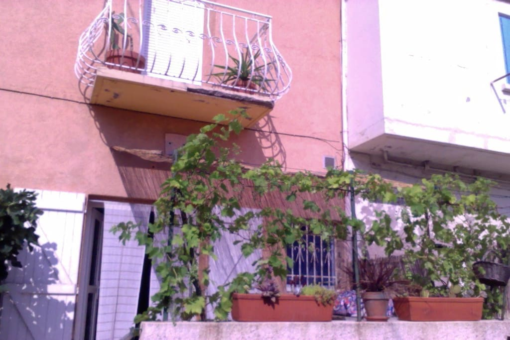 Notre maison a deux étages au dessus de la terrasse