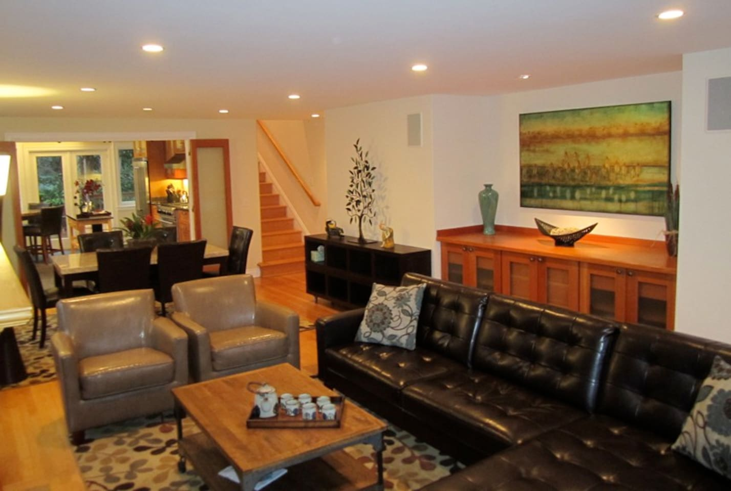 Open, spacious, well-appointed. Perfect to entertain especially large gatherings.