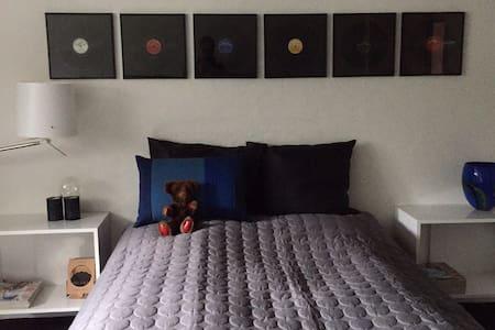 Dejlig værelse i Hammel midtby - Huis