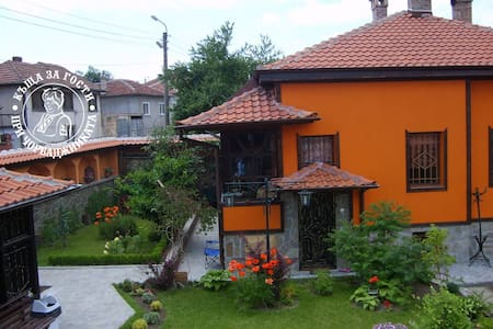 Cosy guest-house with tavern - Kalofer - Bed & Breakfast