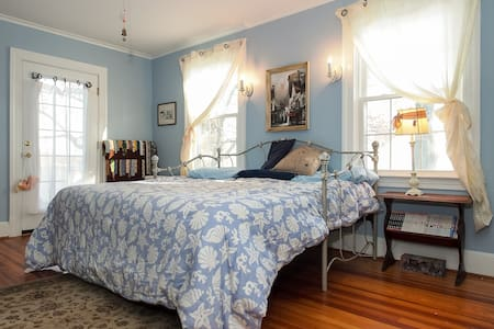 Bayfields Blue Willow 2 Twin/1 King - Harwood - Bed & Breakfast