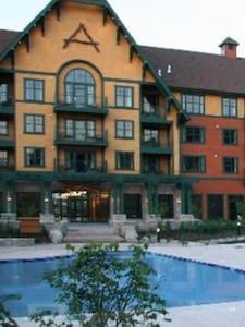 Condo w/ Pool, Hottub, Gym, Sauna - Lejlighed