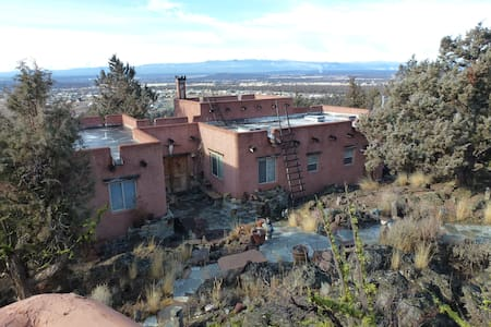 room with mountain views in pueblo. - House