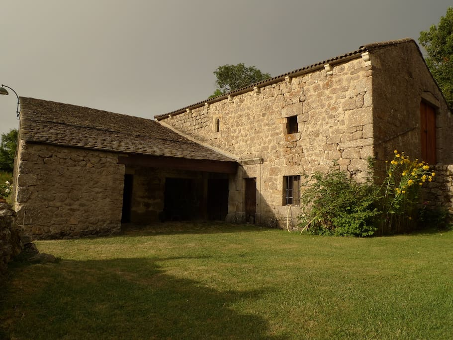 La Grange sur le côté de la maison