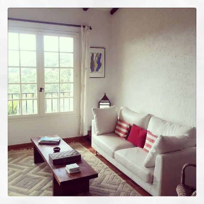 Le salon blanc, entre un petit solarium et face à la mer