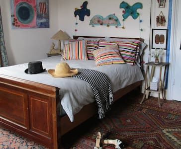 Large airy double in artist's big colourful house - Bed & Breakfast