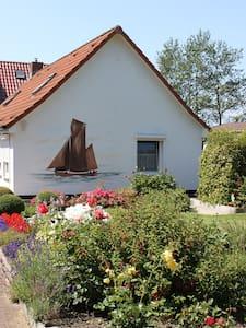 Schnuckeliges Ferienhaus auf Rügen - Wiek - Casa