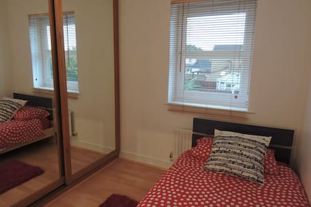 Cosy single room within family home - Swindon