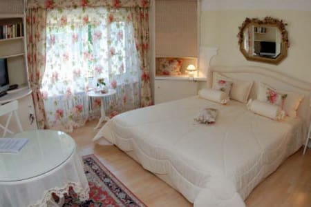 "Bed and Breakfast ""The Rosegarden"" - Bubikon"
