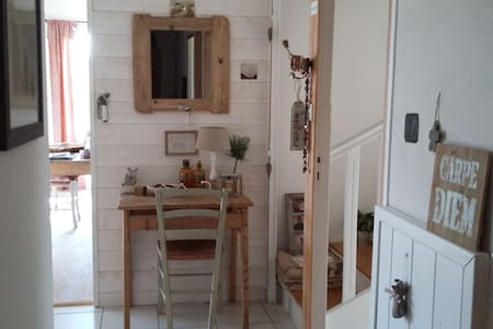 Large and bright ensuite room peaceful location - House
