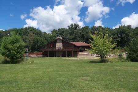 Redwood Retreat  Rockton, IL. - Casa