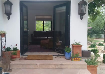 Guesthouse in Upscale Neighborhood