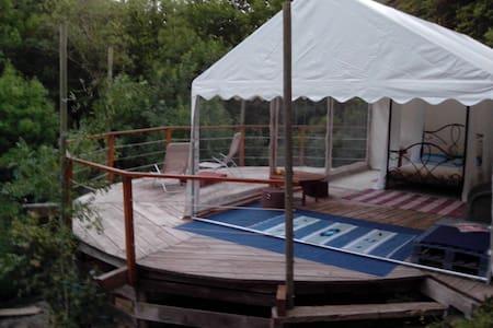 Atypical large tent beside a creek - Tienda de campaña