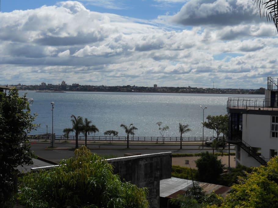 Rio Parana, Costanera de Posadas Misiones, Argentina. Enfrente la Ciudad de Encarnacion Paraguay
