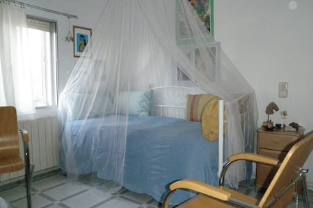 Calm, affordable room in Madrid. - Appartement