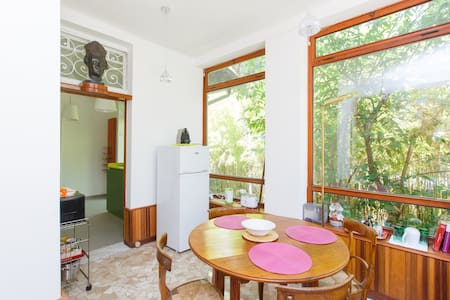 Stay in a Roman villa!Metro closeby - Rom - Lejlighed