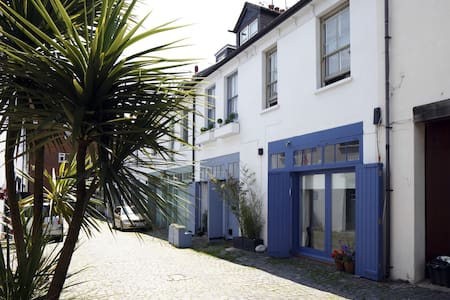 Ensuite room, lovely mews near beach, free parking - Bed & Breakfast