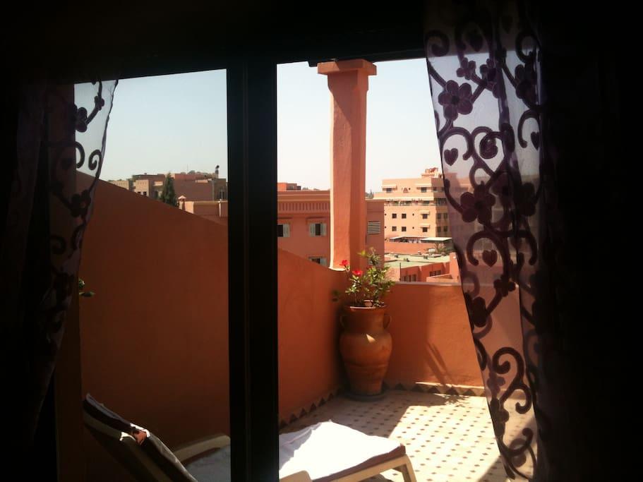 terrasse avec 2 transat , vue de la chambre