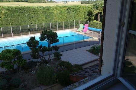 Prés ALBI Chambre 25m2 vue piscine  - Aussac - Bed & Breakfast