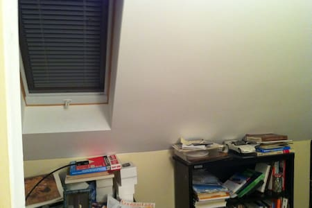 Double Bed in Room with Skylight - Montréal Ouest - House