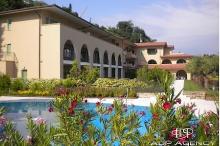 Luxe app. 4p met zwembad aan het Gardameer. - Manerba del Garda
