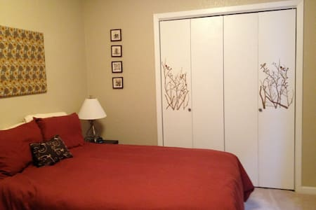 Your private room is clean and quiet and you'll have your own bathroom with washer and dryer. Easy access to the extensive Anchorage trail system, Providence Hospital and the nearby Universities. I'm looking forward to having you stay.