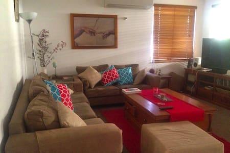 A bright sunny home near Fremantle - Hus