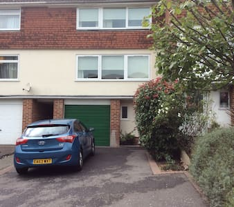 double room in a 3 storey town house - Townhouse