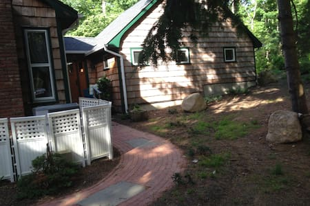 A quiet spot in the woods!! - East Hampton - House