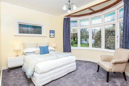 Remuera,Garden View Bedroom - Ev