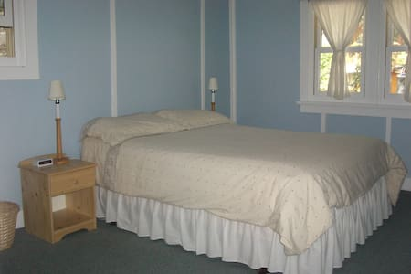 Blue room in a cottage like home - Banff - Bed & Breakfast