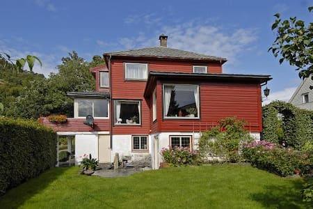 Stort og koselig hus i Arna. 17,3 km fra Bergen - Bergen
