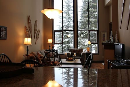 Spectacular Sun Peaks 2 Bdrm Condo + Den & Hottub - Appartamento