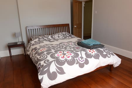 Quiet + large ensuite double room - Maison
