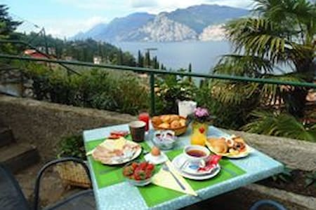 MALCESINE:ROOM+BREAKFAST+BALCONY LAKE VIEW - Malcesine - Bed & Breakfast