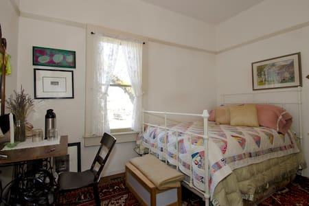 Charming small BR in 1914 farmhouse - Sebastopol - Bed & Breakfast