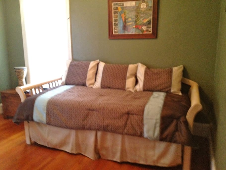 Guest bedroom with trundle bed--two twin beds.