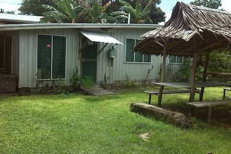 Kavieng Beach, 3 Bedr Bungalow. - Blockhütte