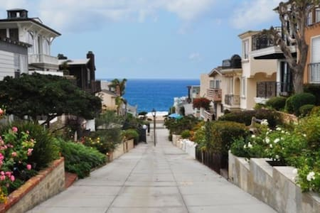 Enjoy a weekend or longer term rental in beautiful Manhattan Beach. This private bedroom in a 5 bedroom house is for women only. Steps away from Beach, Pier, Farmer's Market, top-notch shops and restaurants. Perfect if you are a traveler who wants to experience a quintessential SoCal beach community.