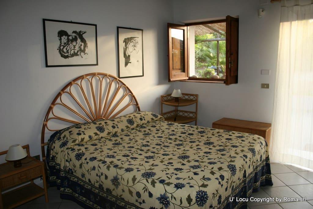 anche la camera da letto si affaccia su terrazza e giardino