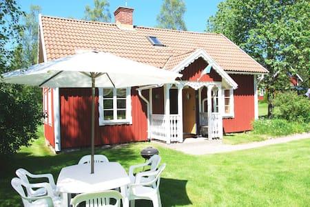 Söt stuga genuin småländsk bymiljö - Blockhütte