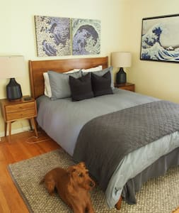 Clean, large modern furnished room (12 x 12) available in 2 bed, 1 bath home in Menlo Park. Queen size bed, luxury mattress, bed-linens (300+ thread count), towels.  High speed wireless internet, 32 inch LED smart TV with premium cable. Shared bath